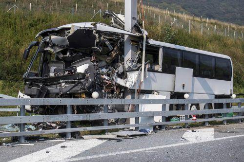 Dreizehn Personen wurden bei dem Busunfall verletzt. ap