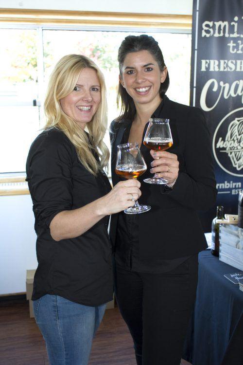 Dunja De Carli (l.) und Manuela Onder mit Whisky Beer.