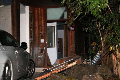 Durch die Explosion enstand erheblicher Sachschaden am Gebäude, es zerbarsten mehrere Glasscheiben. vol.at/Pletsch