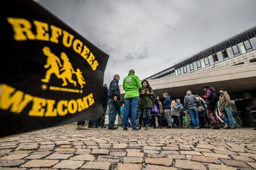Dutzende Menschen protestierten am Dienstag im Landhaus gegen die Abschiebung. VN/Sams