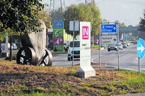 Ein Granit aus der Silvretta und ein Glaukonit aus dem Schwarzachtobel: Roland Adlassnigg hat einen Verkehrsknotenpunkt in Rankweil gestaltet.Adlassnigg