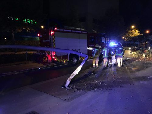 Eine Straßenlaterne wurde bei dem Aufprall des Pkw umgeknickt. vol.at/Rauch