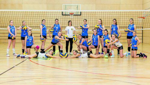 Elena Burato (Bildmitte) startet mit acht neuen Nachwuchsspielerinnen und Rückkehrerin Veronika Zeferino de Oliveira (Nummer 18) in ihre zweite Saison als Trainerin des VC Raiffeisen Dornbirn. Verein