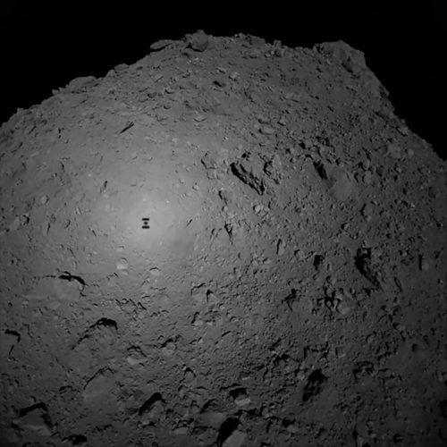 Erste Bilder von Ryugu zeigen eine raue Oberfläche mit großen Gesteinsbrocken.AFP