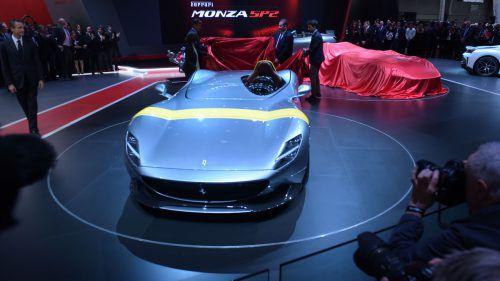 Ferrari landet mit zwei ultralimitierten Modellen einen Überraschungs-Coup. Monza SP1 und SP2 sind Vorreiter eines neuen Konzepts (Ikone-Serie), das mit Sondermodellen speziell Sammler ansprechen will. Verbaut sind 6,5-Liter-V12-Motoren mit 810 PS. 0 auf 100 in 2,9 Sekunden. Preise und Stückzahlen nennt Ferrari bisher nicht.