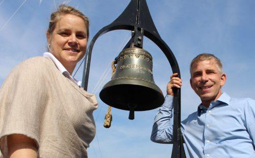 Stolz präsentieren Julia Hoffmann (Marketing und Pressearbeit) und Kapitän Adi Konstatzky die Original-Schiffsglocke. STRAUSS