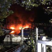 Boote in Flammen