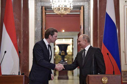 Freundschaftlicher und respektvoller Händedruck zwischen Bundeskanzler Kurz (l.) und Präsident Putin. AFp