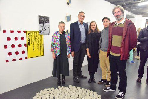 Galeristin Lisi Hämmerle (l.) bietet die Plattform für die Arbeiten. vlk