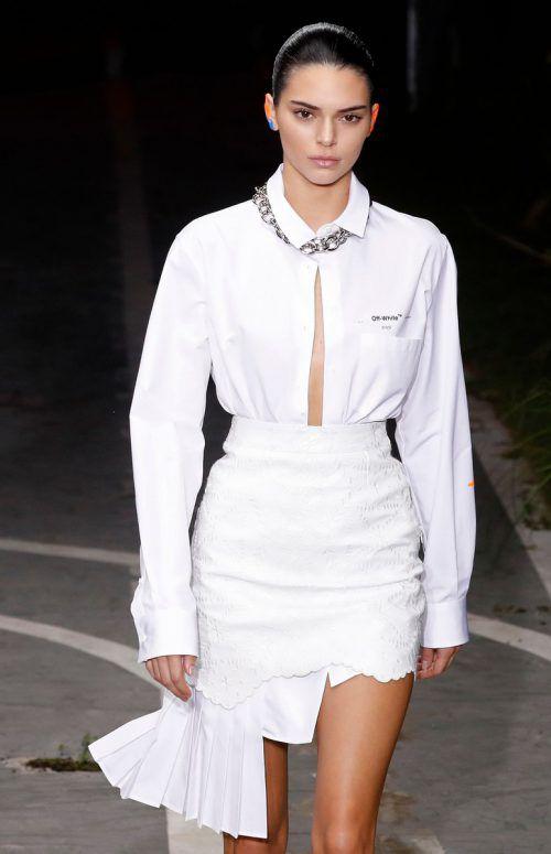 """Ganz in Weiß ging Kendall Jenner für das Label """"Off-White"""" über den Laufsteg. AFP"""
