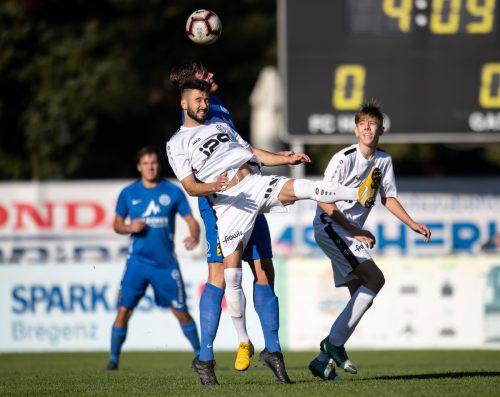 Göfis-Stürmer Lucas Alves Gomas (vorne) leitete mit seinem Treffer zum 2:1 die Aufholjagd der Gäste ein.Vn-Sams
