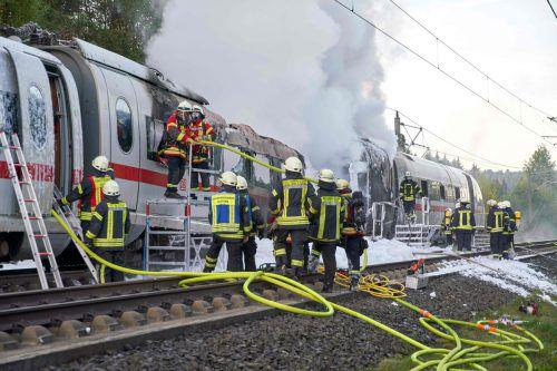 Großeinsatz für die Rettungskräfte, als beim ICE dicke Rauchwolken emporsteigen und Flammen aus dem Zug schlagen. AFP
