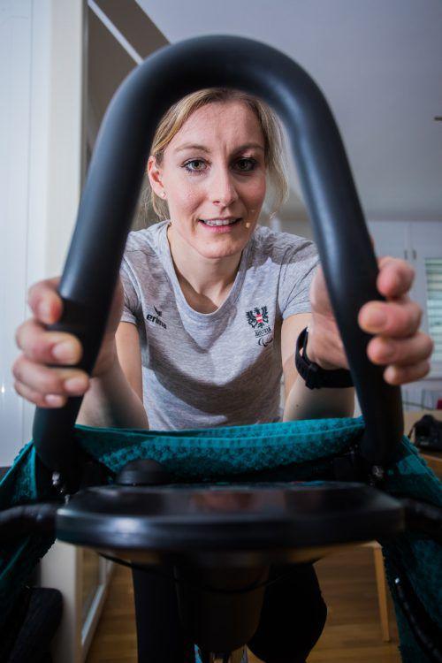 Heike Eder, die Kämpferin. Vom Rollstuhl hält sie sich mit eisernem Training und viel Disziplin fern. VN/Steurer