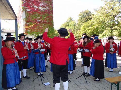 """Im Anschluss an die Messe spielte der Musikverein Harmonie Altach auf und sorgte für Stimmung beim """"Fest für alle"""". HOTZ (2)"""