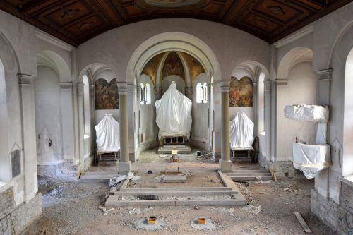 Im Innenraum der Kirche laufen die Vorbereitungen für die Renovierung auf Hochtouren.