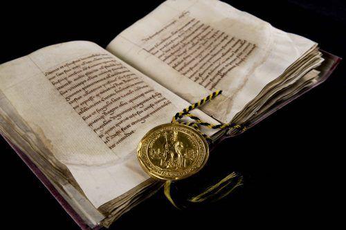 """Im Kunsthistorischen Museum wird auch das Original der """"Goldenen Bulle"""" von 1356 ausgestellt. Österreichisches Staatsarchiv"""