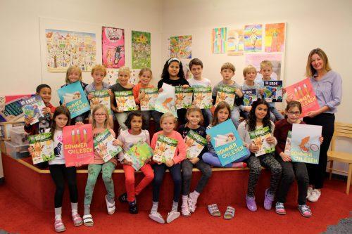 """Im Rahmen der """"Aktion Sommerlesen"""" konnten sich in der Lochauer Bücherei-Spielothek zahlreiche junge Leser aus der Volksschule über einen Preis freuen. bms"""
