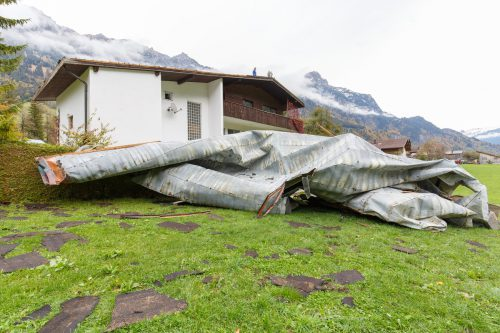 In Braz wurde ein Blechdach von einem Haus geweht. In anderen Landesteilen kam es zu Stromausfällen, viele Bäume wurden entwurzelt.hofmeister