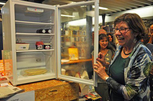 Ingrid Benedikt freut sich über den offenen Kühlschrank, der zu den Öffnungszeiten der Stadtbücherei zugänglich ist. lcf