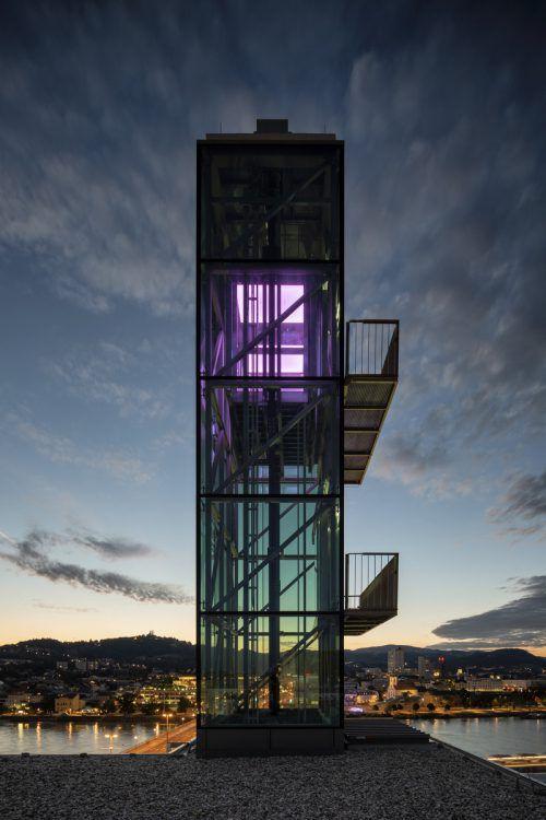 Zumtobel lässt den Aufzug der Kunstuni Linz erstrahlen. Zumtobel