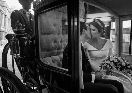 Intime Einblicke: Kuss in der Kutsche.