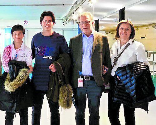 Joel Schwärzler (l.) wurde bei der Ehrung in Wien von seinem älteren Bruder Julian, Opa Christian und Oma Luzia begleitet.Privat