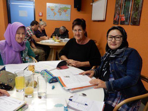 """Jung und Alt, Männer wie Frauen kommen mittlerweile ins Flüchtlingscafé """"Come ina"""", um Deutsch zu lernen. cth"""