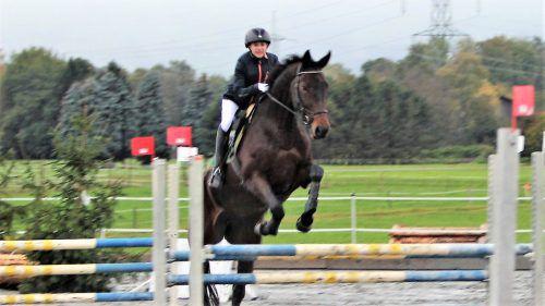 Junge Reiter mit ihren Pferden stellten in Altach ihr Können unter Beweis. Loa