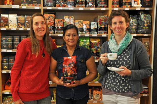 Kaffeebäuerin Manuela Diaz Mendez (Mitte) mit Birigit Calix (EZA) und Veronika Wohlgenannt (Weltladen Dornbirn). lcf