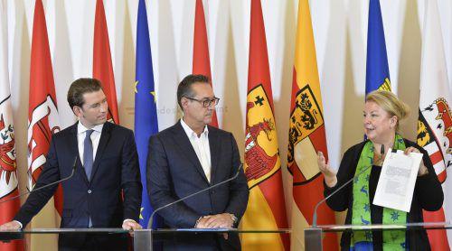 Kanzler Kurz, Vizekanzler Strache und Sozialministerin Hartinger-Klein versprechen, dass keine Leistung verschlechtert wird.APA