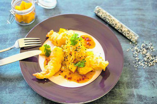 Köstliche Scampi-Tempura mit würzigem Rohkost-Mango-Salat.Roland Paulitsch (2)