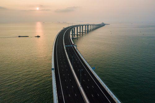 Kontroversen überschatten den Brückenbau - nicht nur wegen hoher Kosten und tödlichen Unfällen. Viele Hongkonger wollen auch nicht so nah an Chinas Festland rücken. AFP