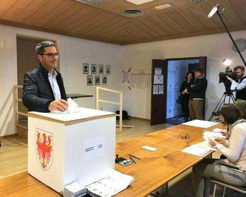 Landeshauptmann Arno Kompatscher (SVP) gab seine Stimme im Rathaus seiner Heimatgemeinde Völs am Schlern ab. apa