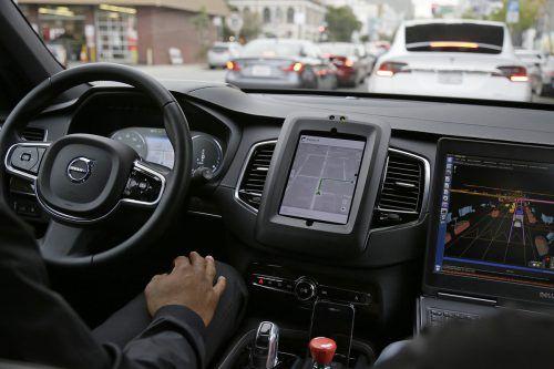 Laut einer Studie werden die Anzahl der mit dem Auto zurückgelegten Kilometer pro Person steigen, der öffentliche Verkehr gerät unter Druck.AP