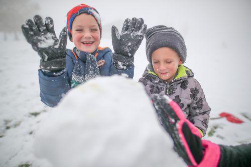 Lucas (6) und sein Zwillingsbruder Luis bauten am Sonntag am Bödele ihren ersten Schneemann der Saison. VN/Sams, Panomax