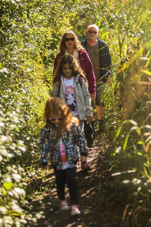 """Lumi Fleur und Aura Feenia nutzten mit ihren Großeltern Waltraud und Rudolf das sonnige Herbstwetter für einen Ausflug zum """"UferNatur""""-Pfad.VN/Steurer"""
