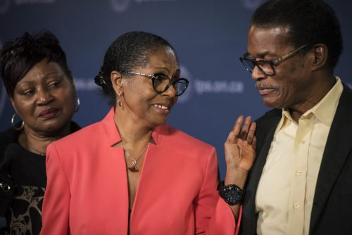 Lyneth Mann-Lewis (Mitte) bedankte sich während einer Pressekonferenz bei ihrem Ehemann für die langjährige Unterstützung. AP