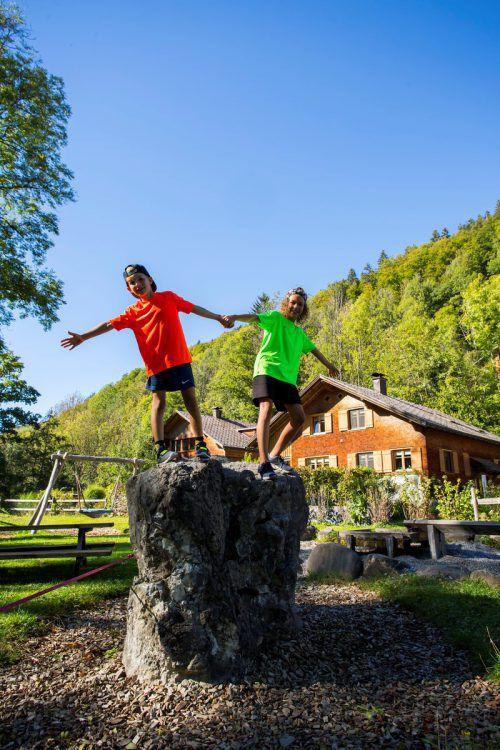 """Mama Sabrina Sutter genießt mit ihren Kindern Henrik und Hanna am Nachmittag die kurze """"Goßarweag""""-Route. Vn/Paulitsch"""
