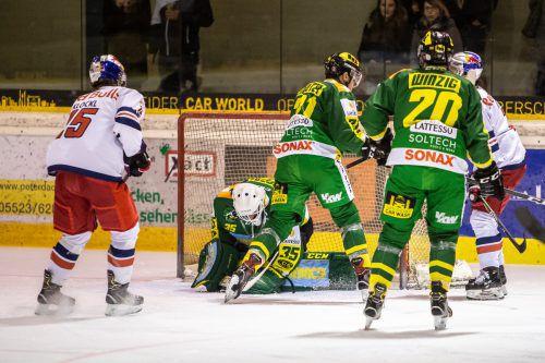 Maris Jucers packt zu. Der Torhüter des EHC Lustenau rettete seiner Mannschaft den Sieg, wurde zum Spieler des Abends gekürt.sams
