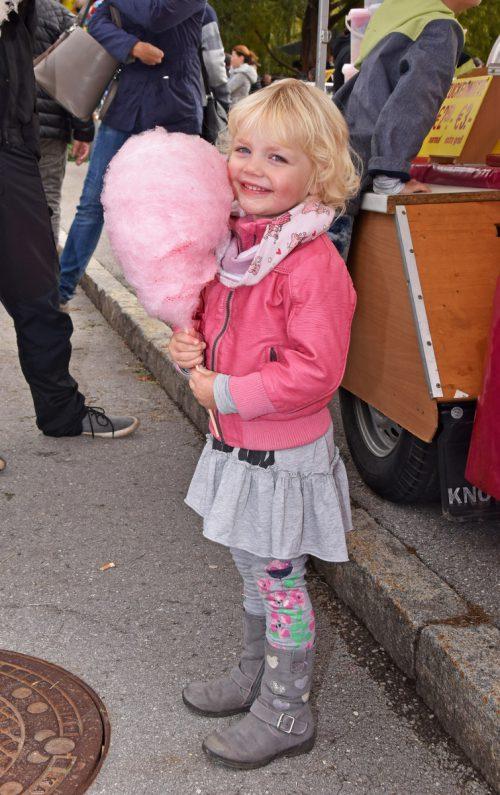 Marisa (3) freut sich über ihre Zuckerwatte.