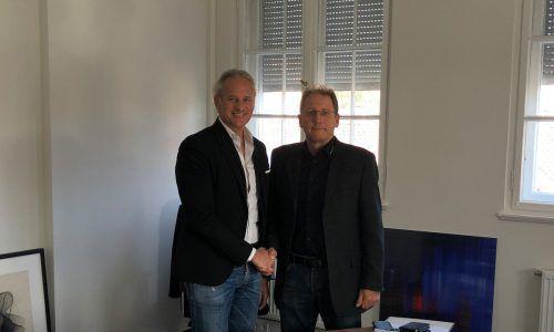 Martin Ohneberg und Werner Wackershauser bei der Vertragsunterzeichnung. Firma
