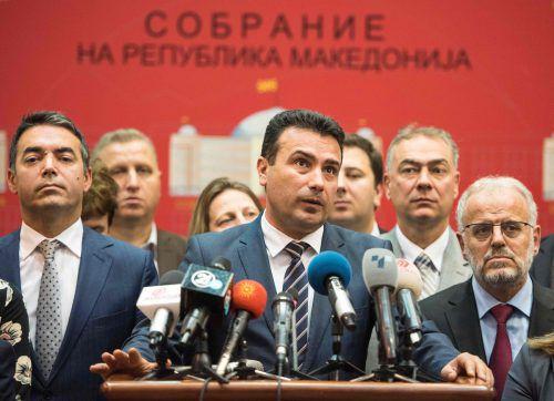Mazedoniens Premier Zoran Zaev gibt das Votingergebnis bekannt. afp