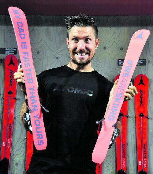 Mein Papa ist schneller als deiner. Marcel Hirscher erhielt von Skihersteller Atomic eine Erstausrüstung für den Stammhalter.apa