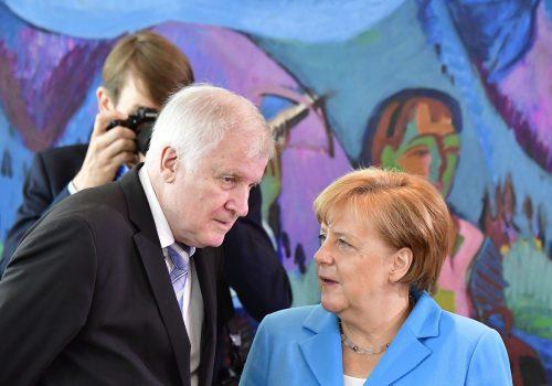 Merkel will nicht mehr CDU-Chefin sein. In der Partei werden Forderungen laut, dass sich auch der Innenminister von der CSU-Spitze zurückziehen soll. AFP
