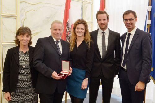 Mit Bgm. Ernst Blum freute sich seine ganze Familie über die Auszeichnung.