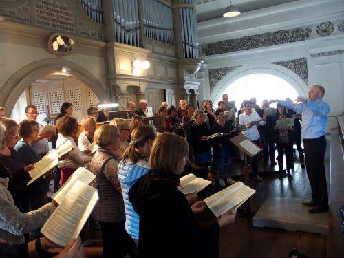 Mit dem Organisten Rudolf Berchtel trat der etwa 50-köpfige Konzertchor Oberschwaben unter Gregor Simon auf. Jurmann