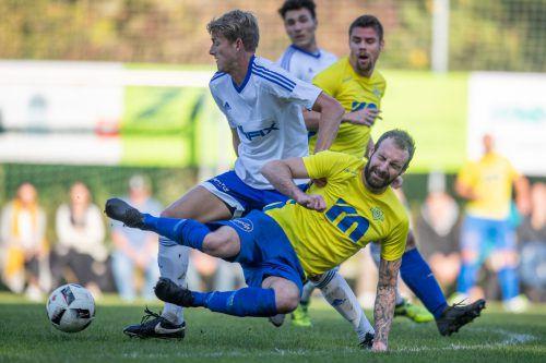 Mit seinem Doppelpack vom Strafstoßpunkt sorgte Aleksandar Umjenovic (vorne) für den Gewinn des Herbstmeistertitels des FC Wolfurt.VN/Sams