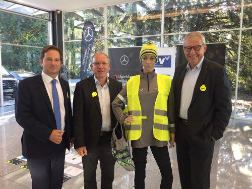 Mit vorbildlich leuchtender Puppe (v. l.): Martin Pfanner (KfV), Pflichtschulinspektor Ivo Walser und Landesstatthalter Karl-Heinz Rüdisser.vn/Sohm