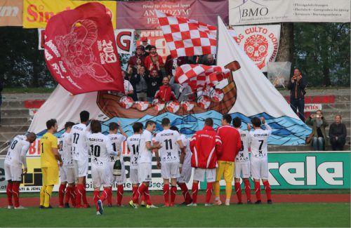 Nach dem Gewinn des Herbstmeistertitels gratulierten die FCD-Fans im Stadion ihrem Team mit einer großen Choreografie.VN-knobel