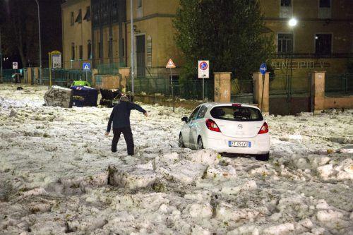 Nach dem Hagelsturm sah es in Rom aus wie Schnee im Oktober. AP